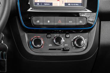 Alaptartozék a négy elektromos ablakemelő és a manuális klíma. A hátsó ablakok elölről nem kezelhetők. Az egyéni vevőknek szánt autókon nyomógombos a belső keringtetés