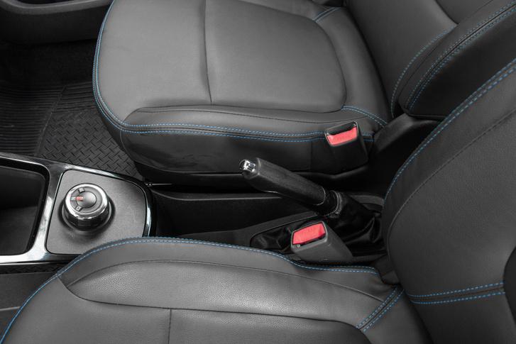 hagyományos, karos kézifékkel rögzíthető az autó. Visszajelző lámpa követeli a behúzását