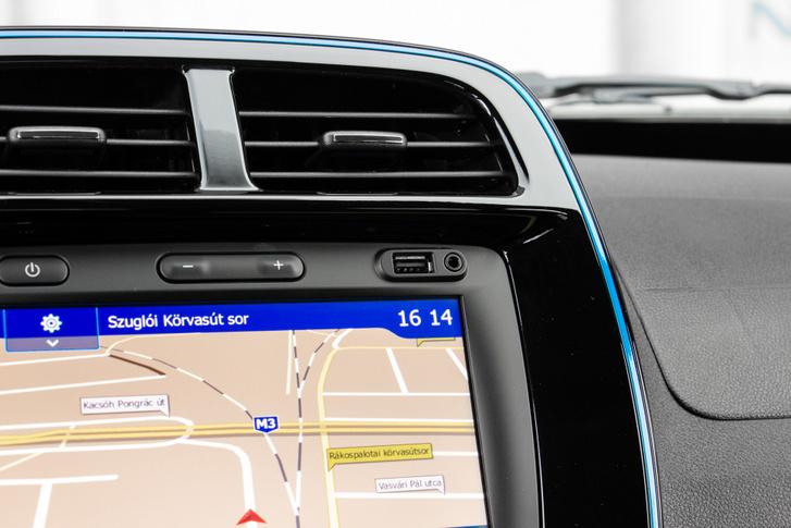 Billenőgombbal szabályozható a hangerő, és csak itt. Apple CarPlay és AndroidAut csatlakozás USB-n keresztül érhető el