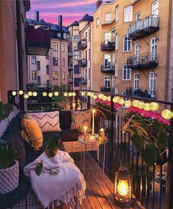 A fénysoroknál tökéletesebb kiegészítő nincs az erkélyre: nappal is remekül feldobják a balkon hangulatát, este pedig még különlegesebb hatást varázsolnak.