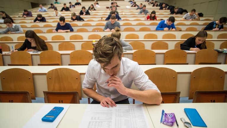 Kutató az Indexnek: Magyarországon továbbra is luxus egyetemre járni