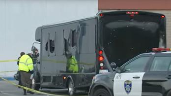Tüzet nyitottak egy partibuszra, halottak