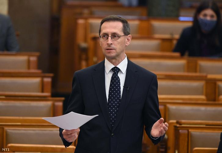 Varga Mihály pénzügyminiszter azonnali kérdésre válaszol az Országgyűlés plenáris ülésén 2021. május 3-án