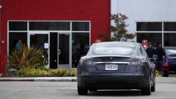 Önvezető Tesla tört totálkárosra egy rendőrautót