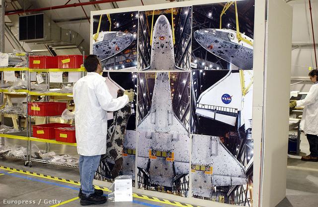 A NASA egyik szakértője a begyűjtött űrhajó-darabok egyikét hasonlítja össze a Columbiáról készült indítás előtti fotókkal.