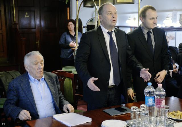 Szanyi Tibor, a Magyar Szocialista Párt (MSZP) tárgyalódelegációjának vezetője (k), Kovács László szocialista országgyűlési képviselője (b), és Gúr Roland, a szocialisták európai parlamenti delegációjának titkárságvezetője
