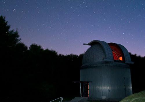 Észlelési előkészületek egy nyári estén a 60 cm-es Schmidt-teleszkóppal.