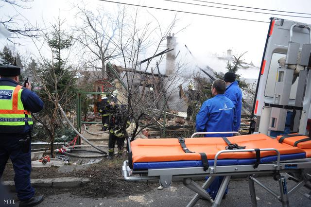 Felrobbant egy családi ház Budapesten, a XVIII. kerületi Csévéző utcában. A romok alatt egy idős nő holttestét találták meg.