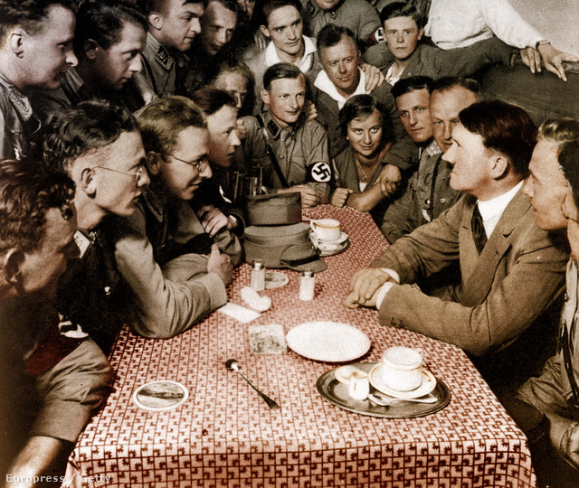 1932. Választási propagandafotó, melyen Hitler náci fiataloknak tart előadást.