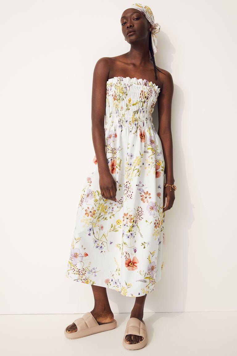 A H&M virágos, pánt nélküli ruhája gyönyörűen kiemeli a derekat és a felsőtestet, ráadásul nagyon romantikus megjelenést kölcsönöz. 6495 forint.