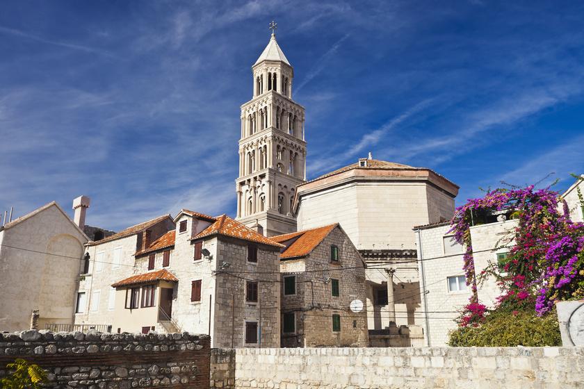 A világ legrégebbi katedrálisa a szomszédban található: a spliti Szent Duje-székesegyház a 4. században épült meg