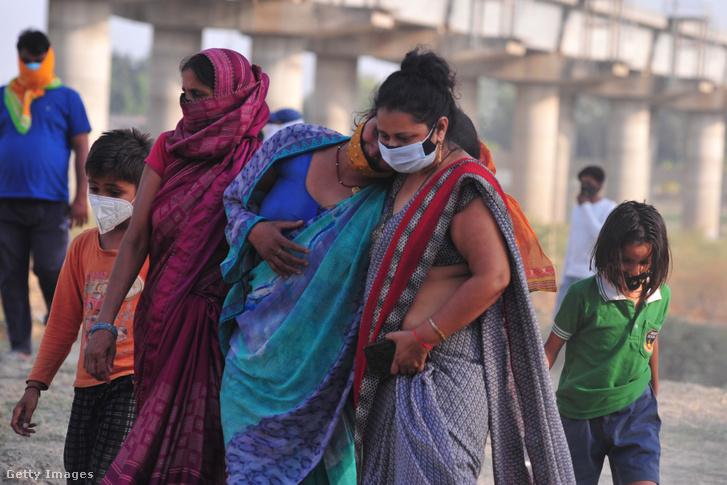 Hozzátartozók vesznek utolsó búcsút szeretteiktől a Gangesz partján