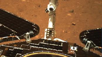 Képeket küldött a marsjáró landolásáról a kínai űrszonda
