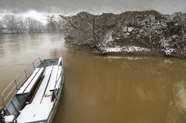 Egy korábbi szennyezés a Szamos folyó Szamossályi határában a kompátkelőnél, 2021. február 18-án.