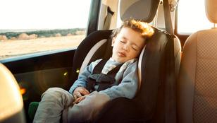 Furcsa tipp segít abban, hogy ne hagyd a gyereked az autóban: egyre több anya vezet fél pár cipőben