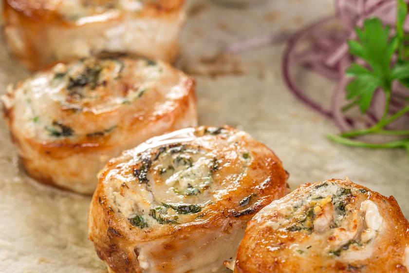 Sajtos csirkemelltekercs muffinsütőben sütve: nagyon egyszerű elkészíteni