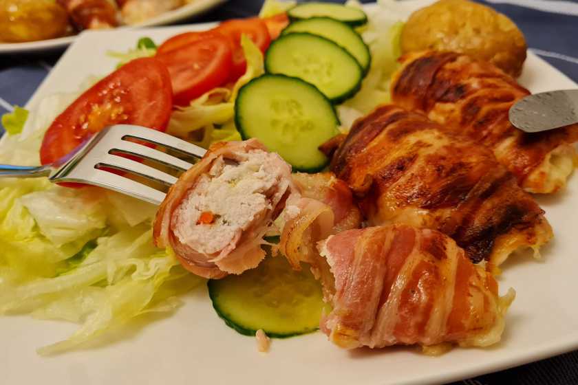 Sajttal töltött, baconbe tekert csirkemell: a mutatós és ízletes sült kevés munkával készül