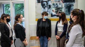 Karikó Katalin elment a gimnáziumba, beszélt a szakmabeli nehézségeiről is