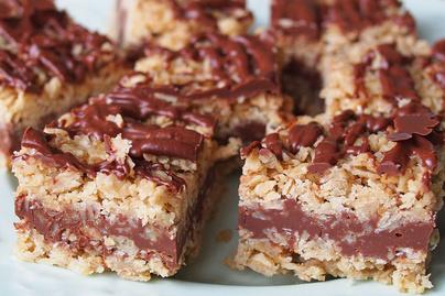 Csokis-zabpelyhes szelet sütés nélkül: a hűtőben áll össze a réteges sütemény