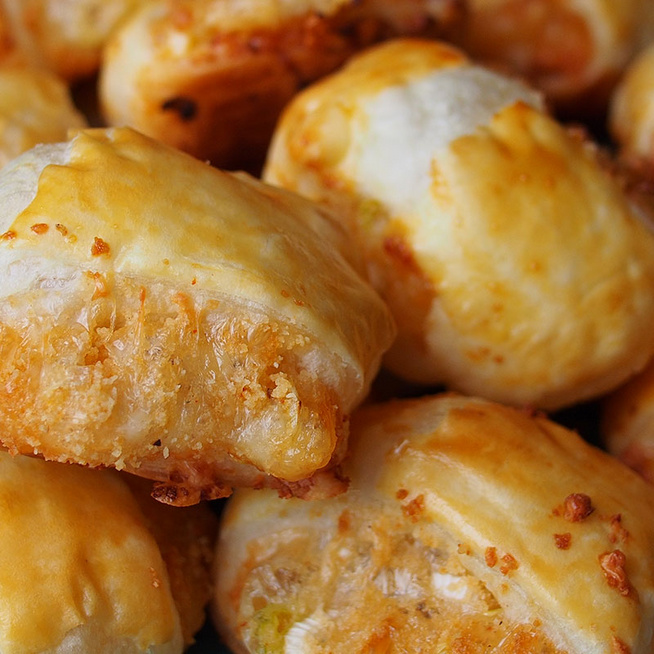 Újhagymával és sajttal töltött tekercs: aranybarnára sül a leveles tészta