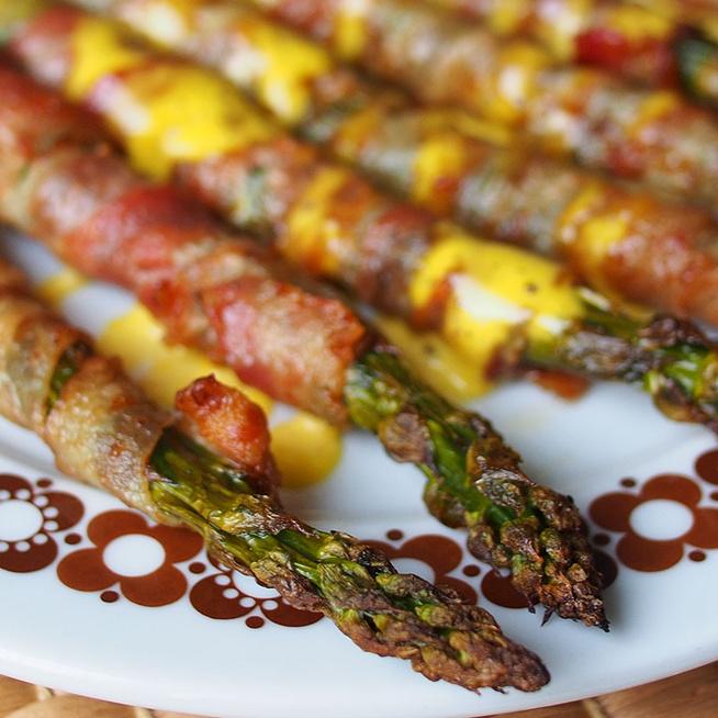 Baconbe tekert spárga hollandi mártással: egyszerűen készül a krémes szósz