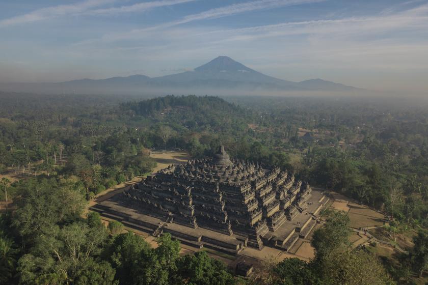 Borobudur az UNESCO világörökségi listáján szerepel, legmagasabb pontja 35 méter magas. Négy alsó terasza a földi világot jelképezi, a felső szinten található építmény a végső célt, a nirvánát jeleníti meg.
