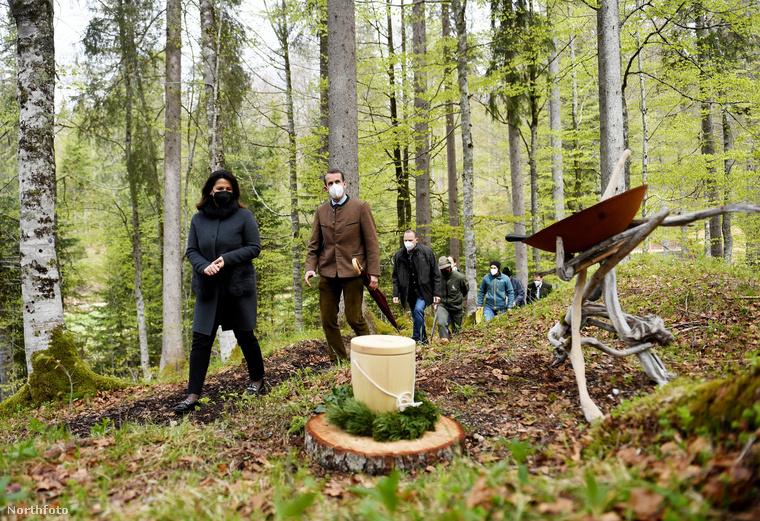 Itt indult el ugyanis az a lehetőség, hogy az emberek faurnákba temetkezzenek - olyanokba, mint amilyet ezen a képen láthat.