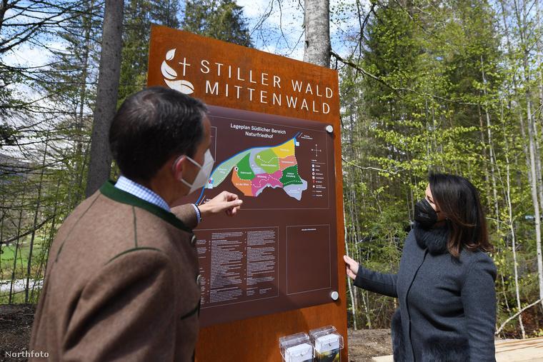 Kevés olyan érdektelen fotóműfaj létezik, mint a politikusok és hivatalnokok megtekintenek valamit, de ezen a képen elég érdekes az a valami.Michaela Kaniber bajor agrárminiszter (jobbra) és Rudolf Plochmann, a Bad Tölz erdőgazdálkodási területi szolgálat vezetője a Stiller Wald Mittenwald nevű temető térképét vizsgálják - a Wetterstein-hegység lábánál fekvő erdőről van szó.