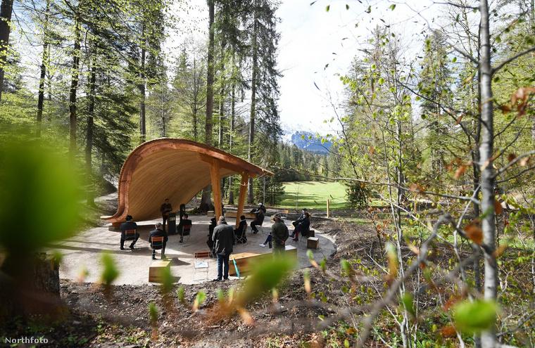 Egy lehetséges helyszín temetői szertartásokhoz - a fából készült tető levélformájú