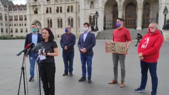 Hatpárti ellenzék: Orbán hatalmas sallert kapott az Alkotmánybíróságtól