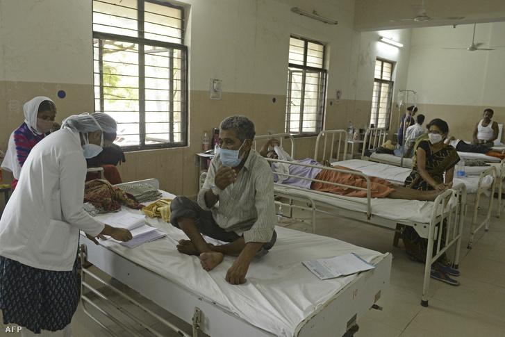 Doktor vizsgálja mukormikózissal kezelt pácienseit Haidarábádban