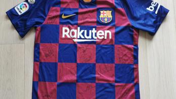 Legyen az öné egy Barca-mez Messiék aláírásával!