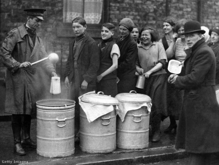 Az Üdvhadsereg leveskonyháján osztott ingyenes leveshez állnak sorba emberek 1934. január 30-án