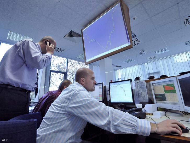 Helyi brókerek a Budapesti Értéktőzsde BUX indexének képernyői előtt dolgoznak a budapesti Buda-Cash Bróker Ház központjában 2008. október 29-én.