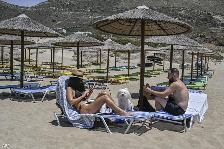 Egy pár Kréta egyik, egyelőre még viszonylag üres strandján, május 15-én