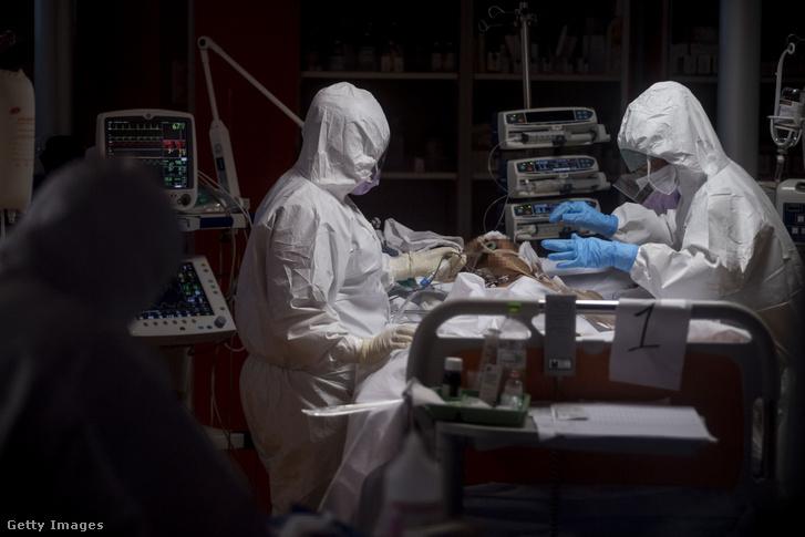 Orvosok kezelik a betegeket egy intenzív osztályon Olaszországban 2020. március 26-án