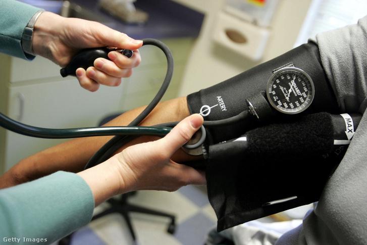 Vérnyomásmérést végeznek egy betegen 2006. április 11-én Massachusettsben