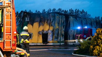 Hatalmas lángokkal égett a kiskőrösi üzemcsarnok