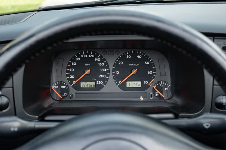 Az órák még a Golf III-ból érkeztek, de más a világítás színe, hogy illeszkedjen az akutális testvéreihez