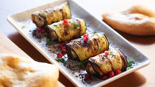 Pestóval és sajttal töltött padlizsánfalatok – egy nagy kanál paradicsomlekvárral érdemes tálalnod