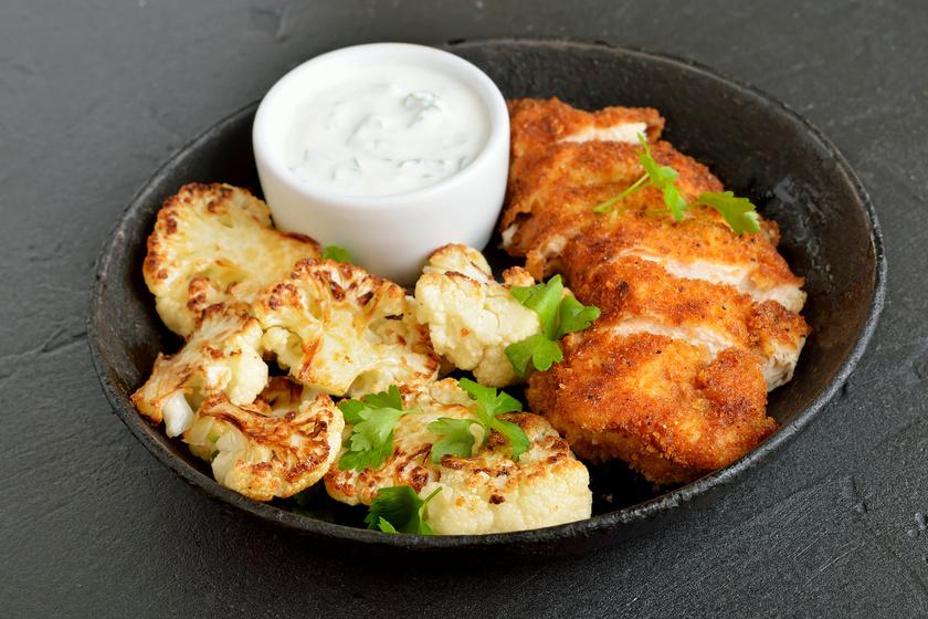 Az egyszerű csirkemellen is sokat dob a fokhagymás pác, ráadásul így a szokásosnál is omlósabb lesz. A rizs vagy hasábburgonya helyett kínáld sült karfiollal, hogy még kevésbé hizlaljon.