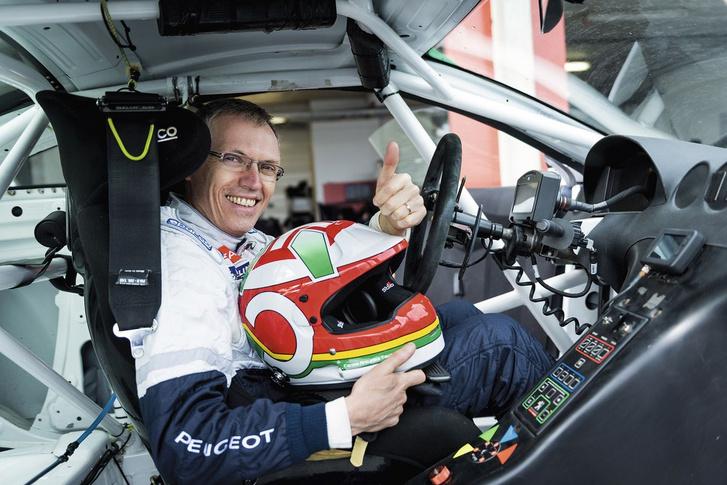 A konszern új első embere, Carlos Tavares több, mint negyven éve aktív autóversenyző. Indult raliban, pályán, és veterán ralikon is szívesen vesz részt