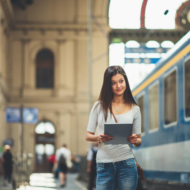 Fontos változás a tömegközlekedésben: már nem kell a peronon és megállókban maszkot hordani