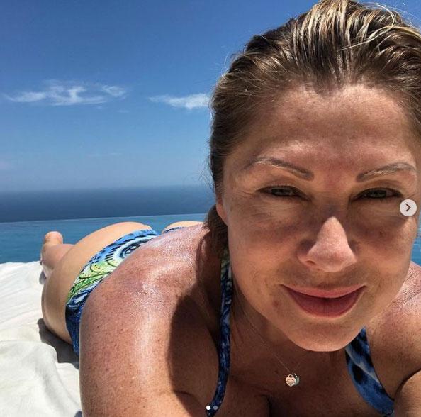 Az 52 éves Leticia Calderón remekül fest bikinis szelfijén.