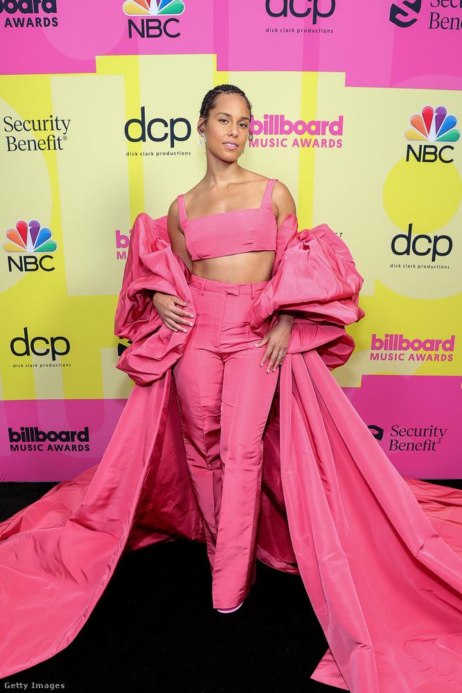 Szintén rózsaszínben vonult be egy másik énekesnő, aki Pinkkel nagyjából egyszerre, szintén kb