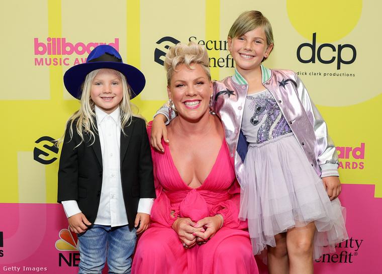 Sőt, a gyerekeit is elhozta: íme Jameson Moon Hart és Willow Sage Hart.