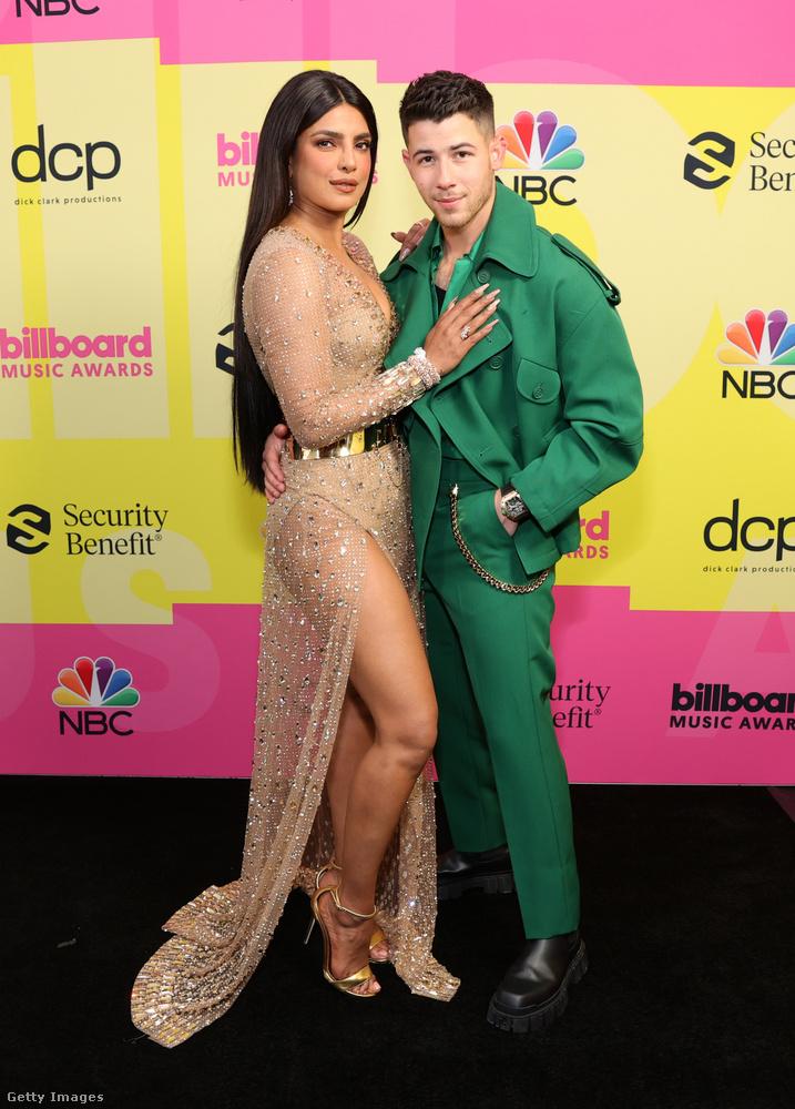 Így hozzábújt Chopra a férjéhez, Nick Jonashoz, aki zöldben volt aznap este.