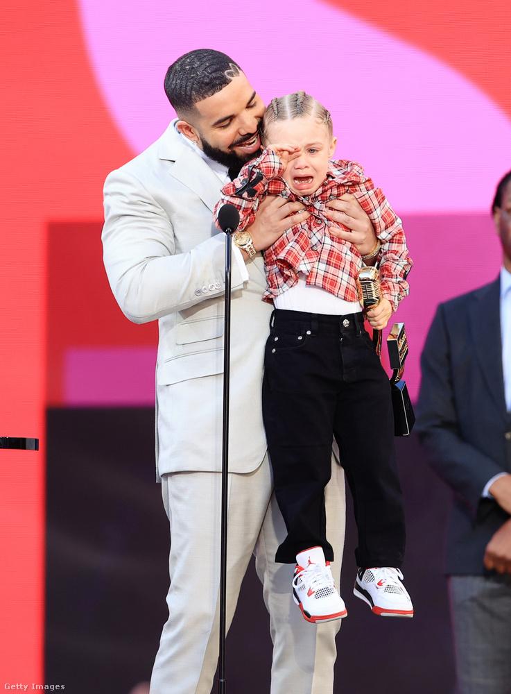 Drake felvitte a színpadra a fiát, akinek neve Adonis