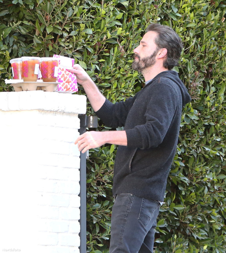 Ben Affleck idén február 19-én, amint átveszi a házhoz szállított fánkját-italait
