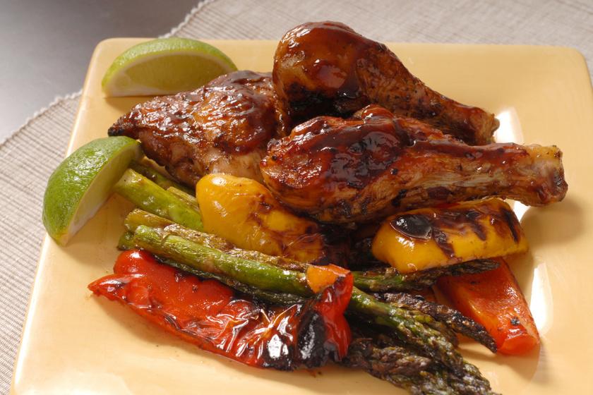 Szaftos BBQ-csirkecombok: sütőben vagy grillen is megsütheted